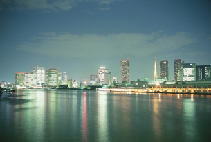 隅田川より築地市場とシオサイト夜景の写真素材 [FYI03182876]