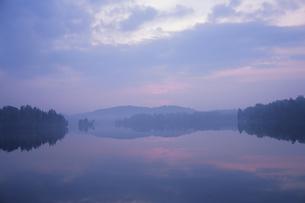 ローレンシャン高原デュビュイ湖夜明けの写真素材 [FYI03182879]