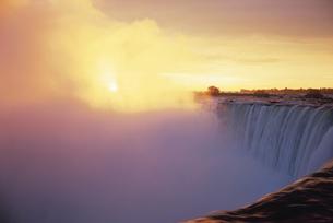 朝日とナイアガラカナダ滝の写真素材 [FYI03182884]