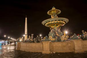 ライトアップのコンコルド広場の噴水とオペリスクの写真素材 [FYI03183521]