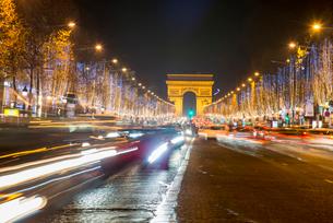 パリ凱旋門とシャンゼリゼ大通りクリスマスイルミネーションの写真素材 [FYI03183533]