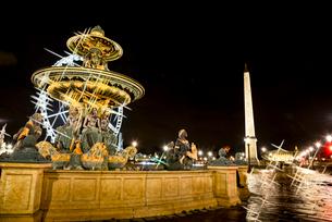 ライトアップのコンコルド広場噴水とオペリスクの写真素材 [FYI03183556]