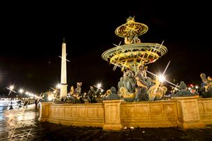 ライトアップのコンコルド広場噴水とオペリスクの写真素材 [FYI03183559]