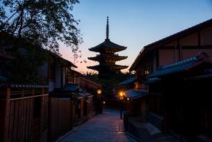 夕暮れの八坂道と東山花灯路の写真素材 [FYI03183617]