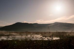 スーパームーンに輝く霧ヶ峰夜霧の八島ヶ原湿原と八島ヶ池の写真素材 [FYI03183698]