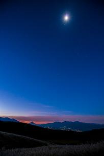 月光の霧ヶ峰高原と富士山南アルプス方面の星空の写真素材 [FYI03183752]