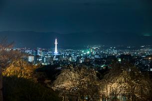 清水寺より京都街並夜景の写真素材 [FYI03184235]