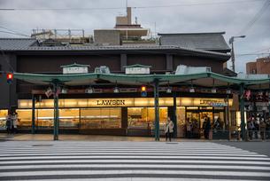 京都祇園八坂神社前交差点ローソンの写真素材 [FYI03184244]