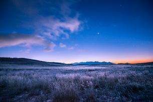 凍る霧ヶ峰高原より八ヶ岳連峰と夜明けの星空の写真素材 [FYI03184381]