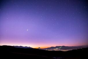 霧ヶ峰高原よりのぞむ八ヶ岳連峰富士山南アルプス連峰中央アルプスと冬の星空の写真素材 [FYI03184426]