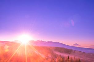 霧ヶ峰高原よりのぞむ八ヶ岳連峰からの日の出の写真素材 [FYI03184471]