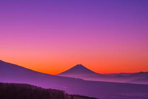 霧ヶ峰高原よりのぞむ夜明けの富士山と山並みの写真素材 [FYI03184473]