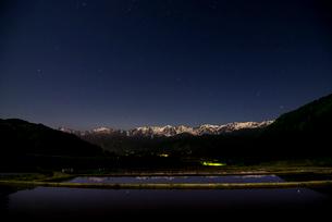 白馬村野平から夜の北アルプスと星空の写真素材 [FYI03184672]