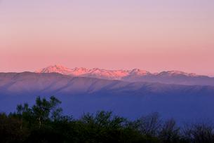 高ボッチ高原より朝焼けに染まる乗鞍岳の写真素材 [FYI03184701]