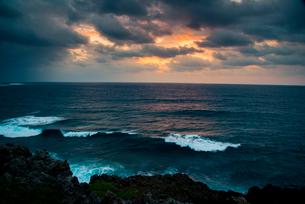 宮古島 東平安名崎から荒れる夜明けの海の写真素材 [FYI03184911]