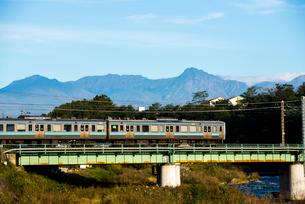 鉄橋を渡る中央本線と八ヶ岳連峰の写真素材 [FYI03184915]