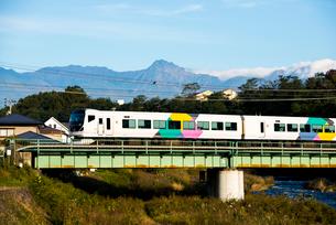 鉄橋を渡る中央線特急あづさと八ヶ岳連峰の写真素材 [FYI03184917]