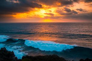 宮古島 東平安名崎より朝焼けに染まる空と打ち寄せる波の写真素材 [FYI03184931]