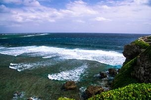 宮古島 東平安名崎 隆起珊瑚礁の岩壁と荒波の写真素材 [FYI03184953]