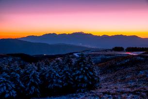 夕焼けに染まる霧ヶ峰高原と中央アルプスの山並みの写真素材 [FYI03185071]