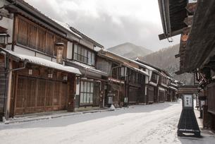 雪降る奈良井宿の写真素材 [FYI03185103]