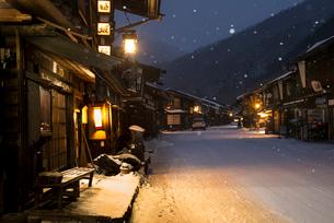 窓灯り漏れる雪降る奈良井宿の写真素材 [FYI03185107]