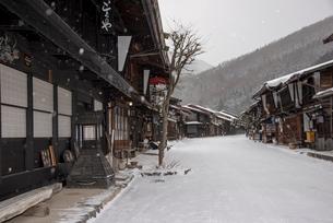 雪降る奈良井宿の写真素材 [FYI03185108]
