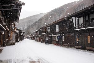 雪降る奈良井宿の写真素材 [FYI03185112]