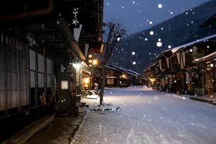窓灯り漏れる雪降る奈良井宿の写真素材 [FYI03185118]