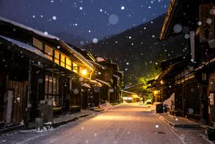 雪降る奈良井宿夕暮れの写真素材 [FYI03185120]