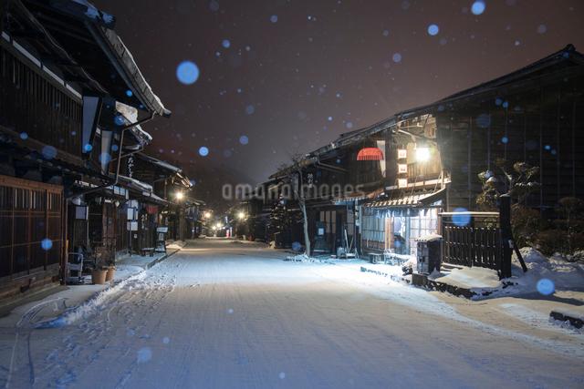 雪降る奈良井宿夜景の写真素材 [FYI03185122]