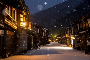窓灯り漏れる雪降る奈良井宿の写真素材 [FYI03185123]