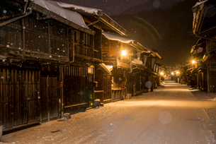 夕暮れの雪降る奈良井宿の写真素材 [FYI03185126]