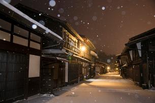 雪降る奈良井宿夕暮れの写真素材 [FYI03185128]