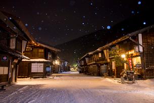 雪降る奈良井宿夕暮れの写真素材 [FYI03185132]
