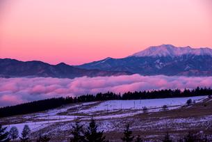 霧ヶ峰高原より朝焼けに染まる空と御岳山を望むの写真素材 [FYI03185166]