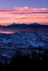 霧ヶ峰高原より朝焼けの空と南アルプス連峰を望むの写真素材 [FYI03185199]
