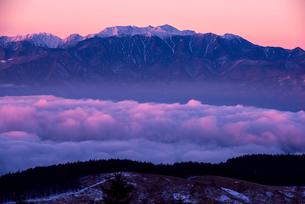 霧ヶ峰高原より朝焼けに染まる雲海と中央アルプスを望むの写真素材 [FYI03185220]