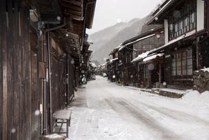 雪降る奈良井宿の写真素材 [FYI03185222]
