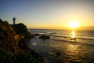 日の出と安乗崎灯台の写真素材 [FYI03185321]