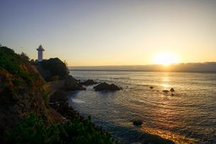 日の出と安乗崎灯台の写真素材 [FYI03185329]