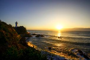 日の出と安乗崎灯台の写真素材 [FYI03185331]