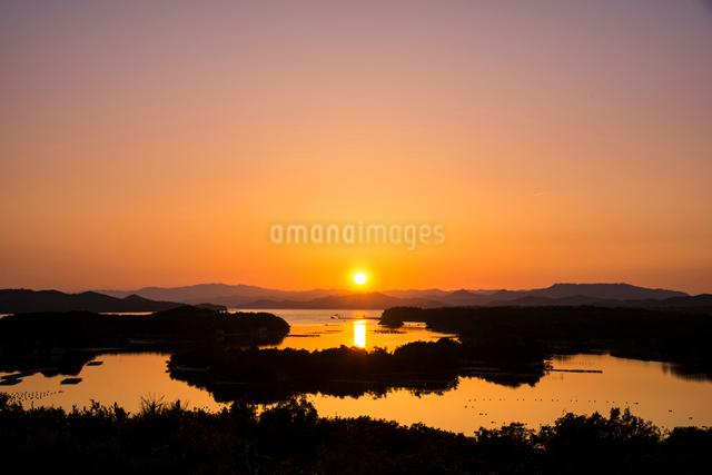 伊勢志摩 登茂山公園桐垣展望台より英虞湾の夕日の写真素材 [FYI03185333]