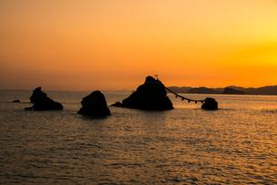 朝焼けと夫婦岩の写真素材 [FYI03185349]
