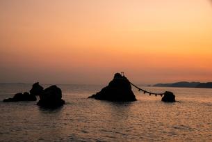 朝焼けと夫婦岩の写真素材 [FYI03185350]