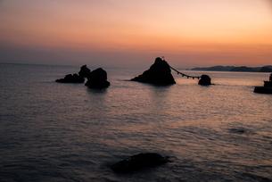 夜明の夫婦岩の写真素材 [FYI03185355]