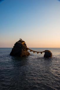 朝日射す夫婦岩の写真素材 [FYI03185360]