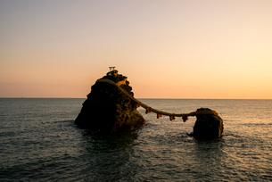 朝日射す夫婦岩の写真素材 [FYI03185364]