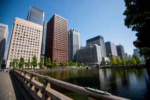 和田倉橋と丸の内高層ビル群の写真素材 [FYI03185431]
