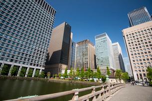 和田倉橋と丸の内高層ビル群の写真素材 [FYI03185433]